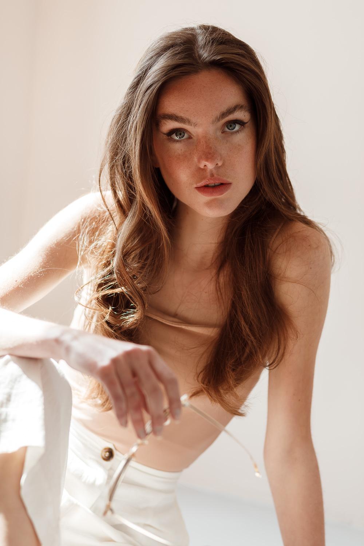 Daglicht studio model test shoot fotografie Zeewolde, Utrecht, Amsterdam en omstreken – portret, beauty, fashion, lookbook en product fotografie en videografie door Stephanie Verhart